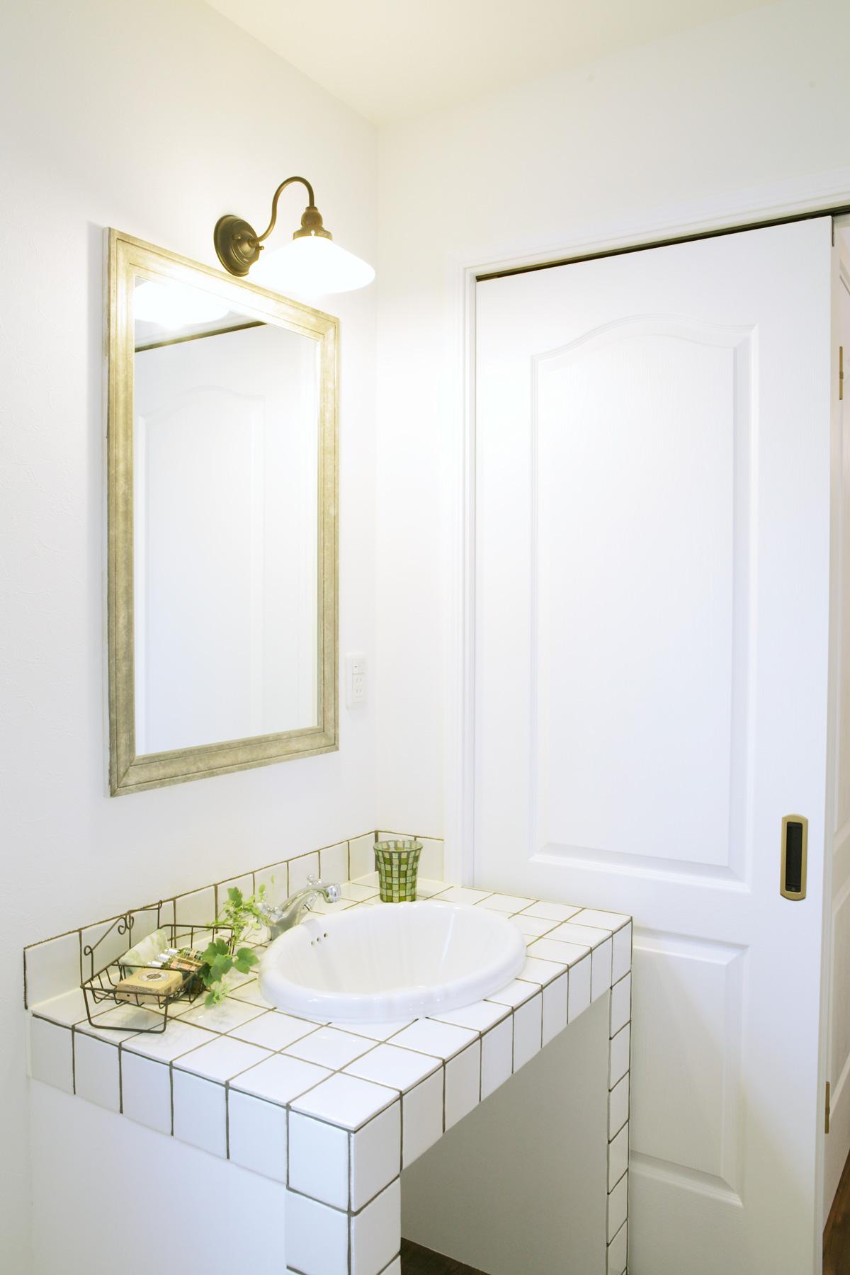 白を基調にエレガントな雰囲気の洗面スペース