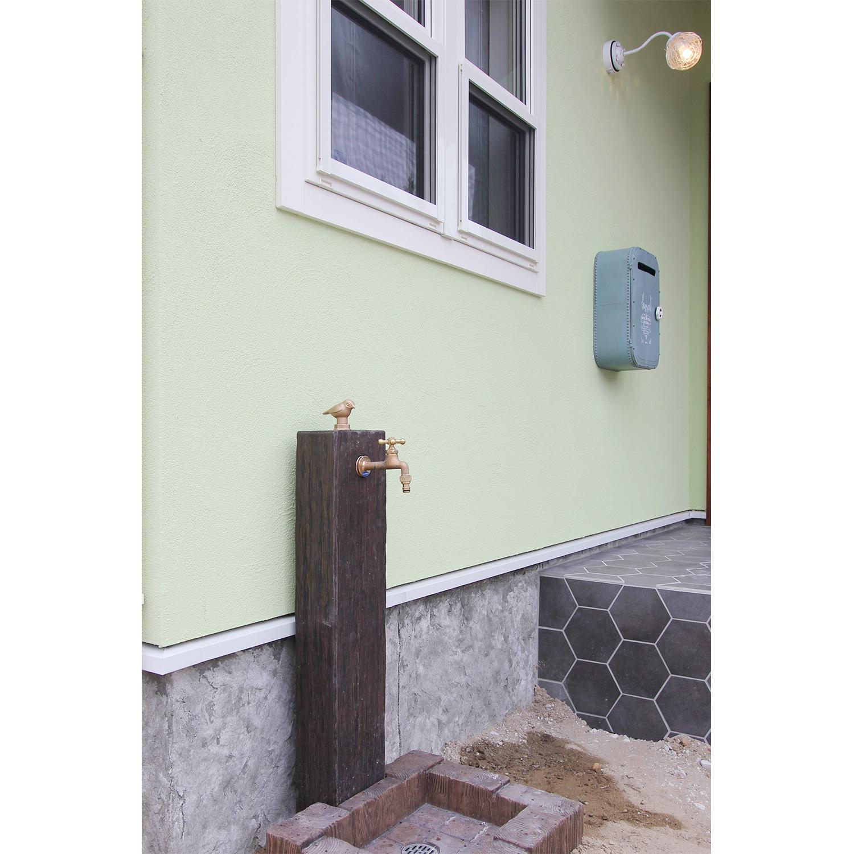 ガーデニングにもぴったり。ママンの外観とも相性の良いデザインの外水栓