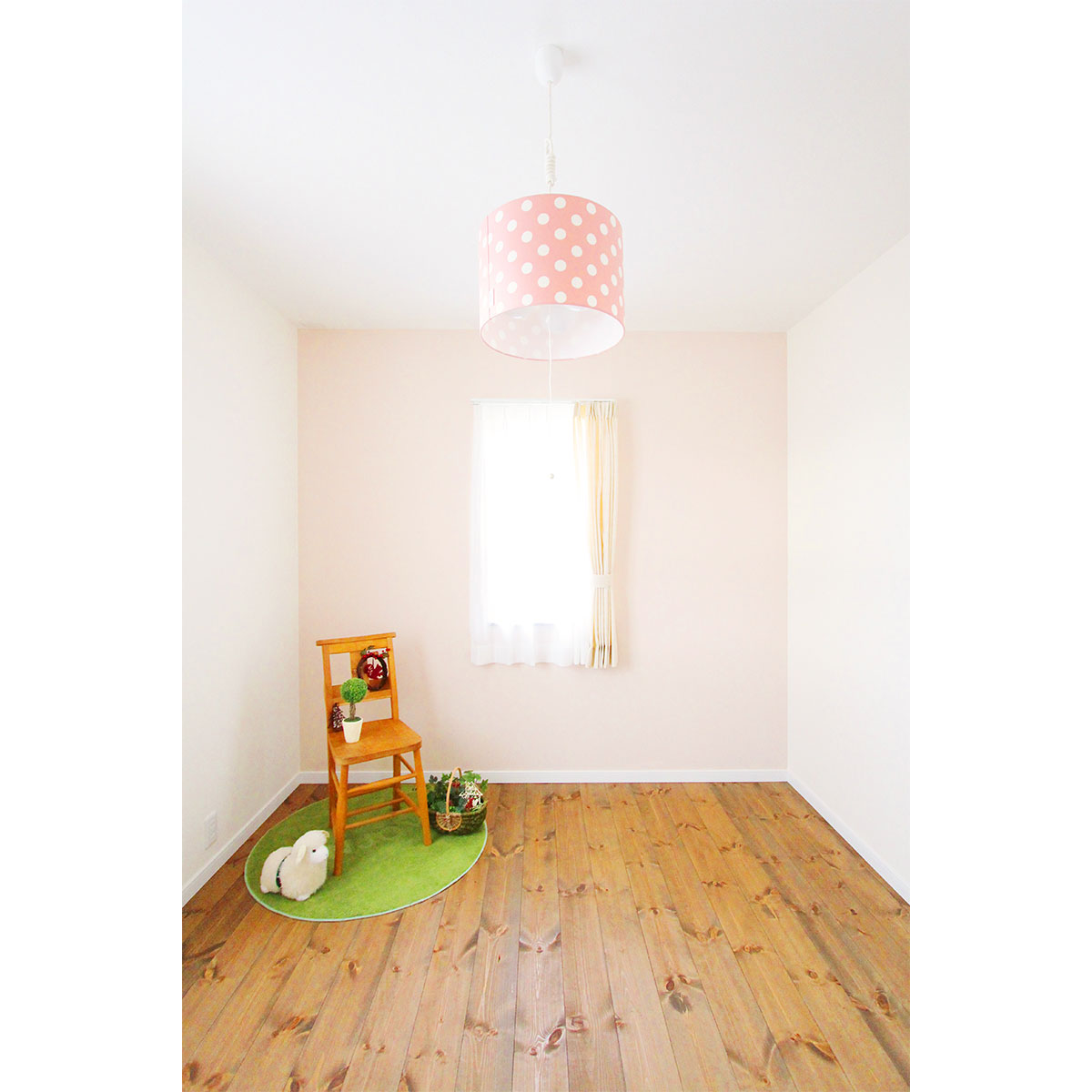 女の子の部屋。ママンの素朴で優しい雰囲気にぴったりの無垢の床。
