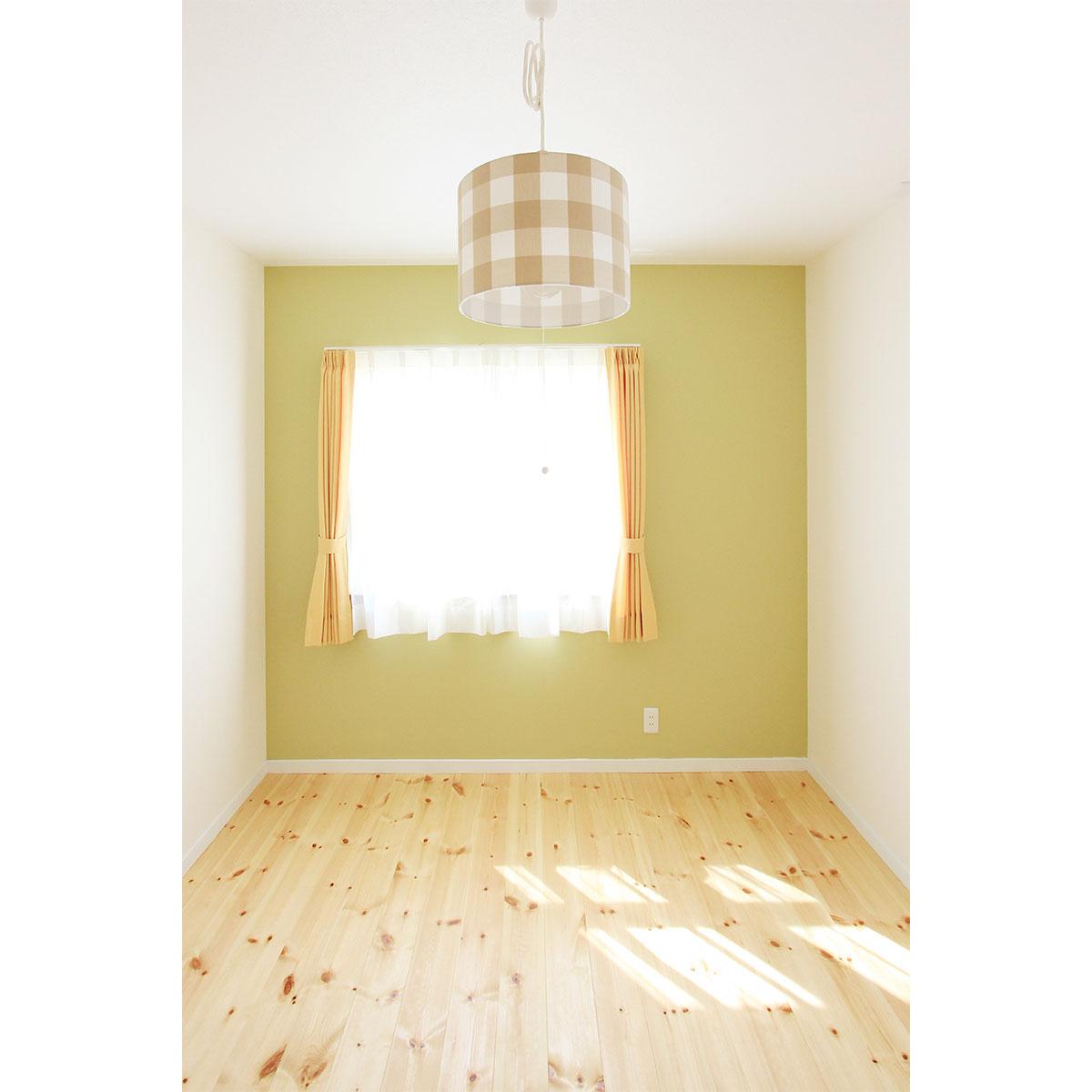 子供部屋。ママンの素朴で優しい雰囲気にぴったりの無垢の床。