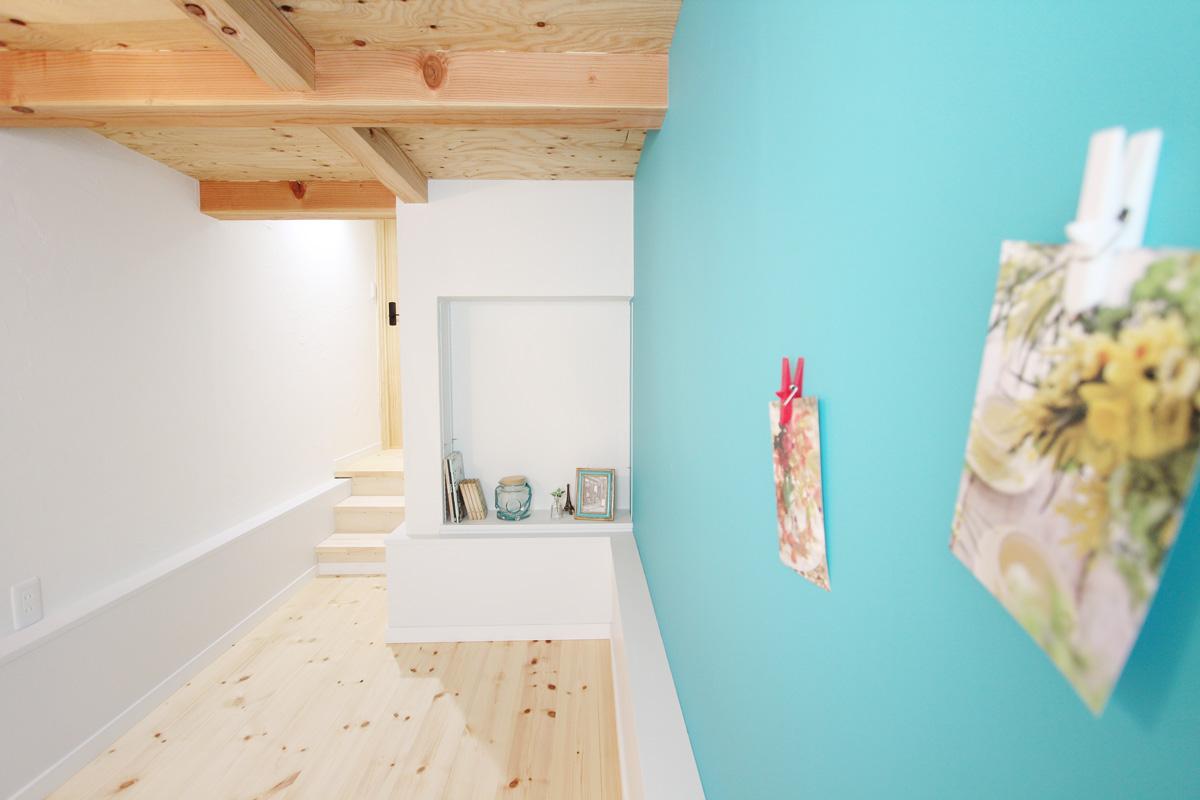 鮮やかな壁のペイントが特徴的な半地下の書斎