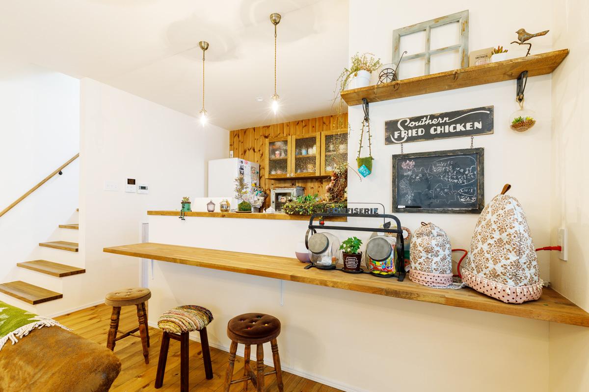 アンティークの雑貨が似合う飾り棚やカウンターのあるキッチン