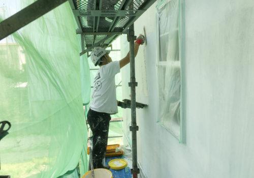 丁寧に施工する職人の塗り壁