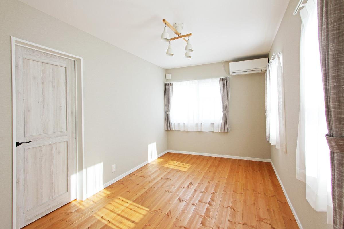 無垢の床の落ち着いた雰囲気の寝室