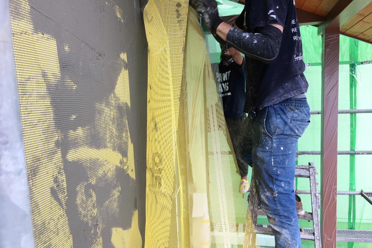 sto専用のメッシュふせこみ作業。丈夫な塗り壁に。