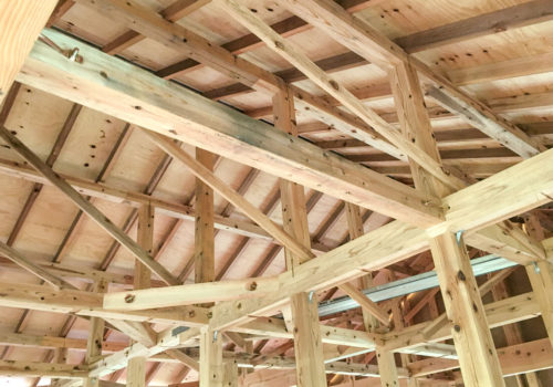 木材がきれいに組まれたママンの家