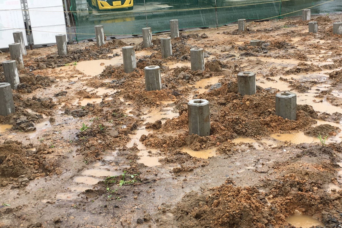 コンクリートの杭で地盤強化