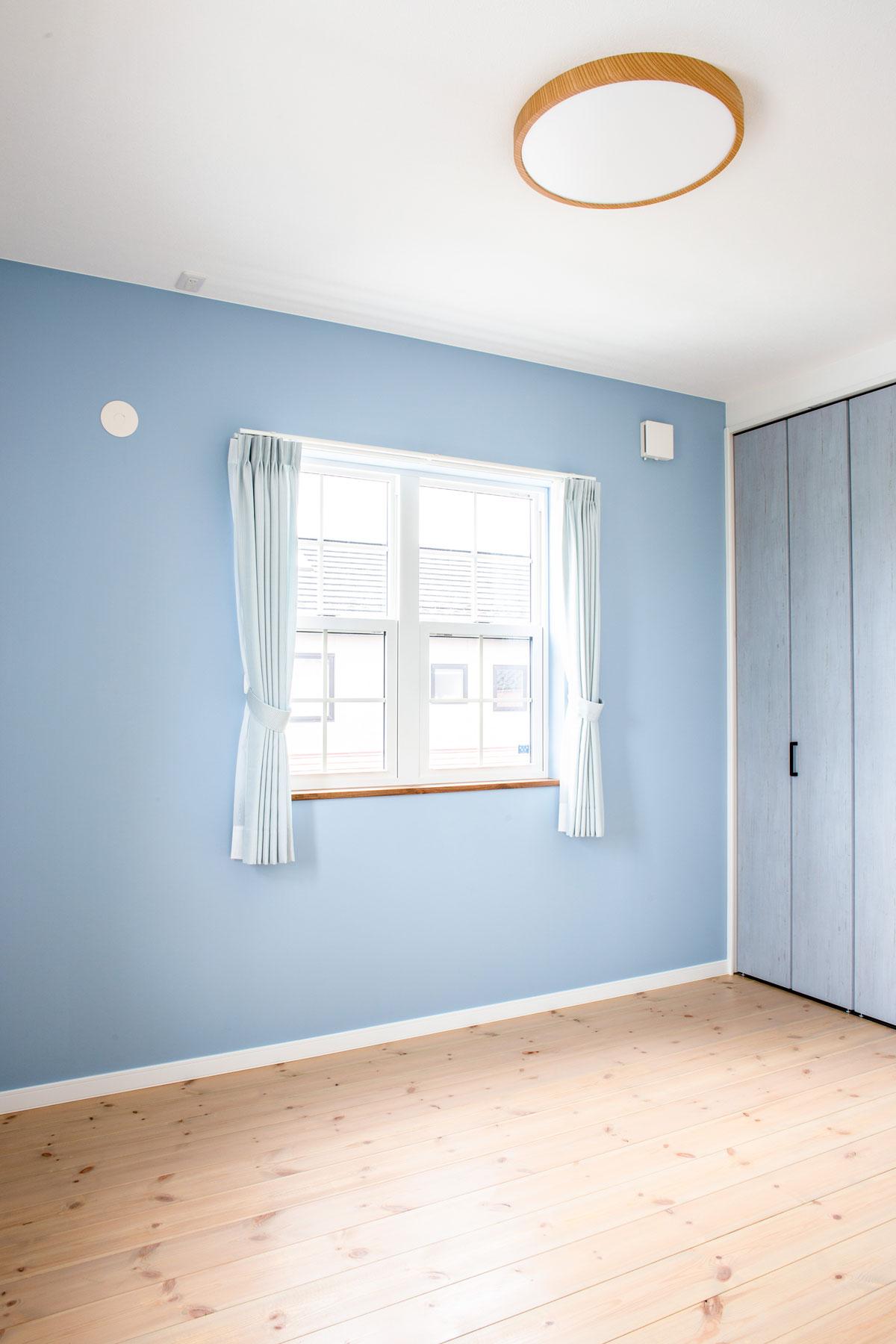 ブルーのペイントが鮮やかな子供部屋
