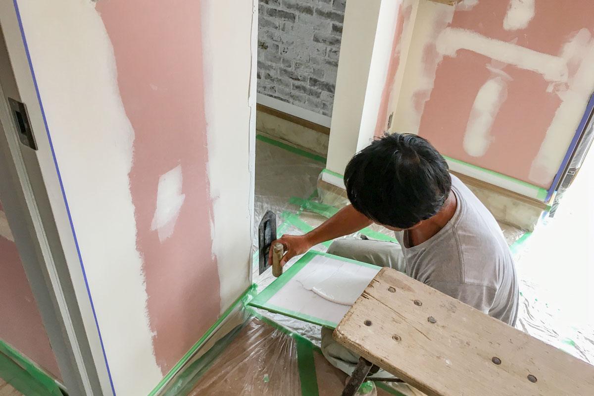 温かみのある真っ白な塗り壁仕上げ