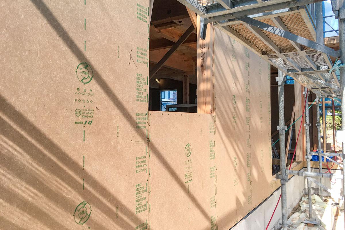 地震に強い建物にするため自然素材のハイベストウッドを面材に。