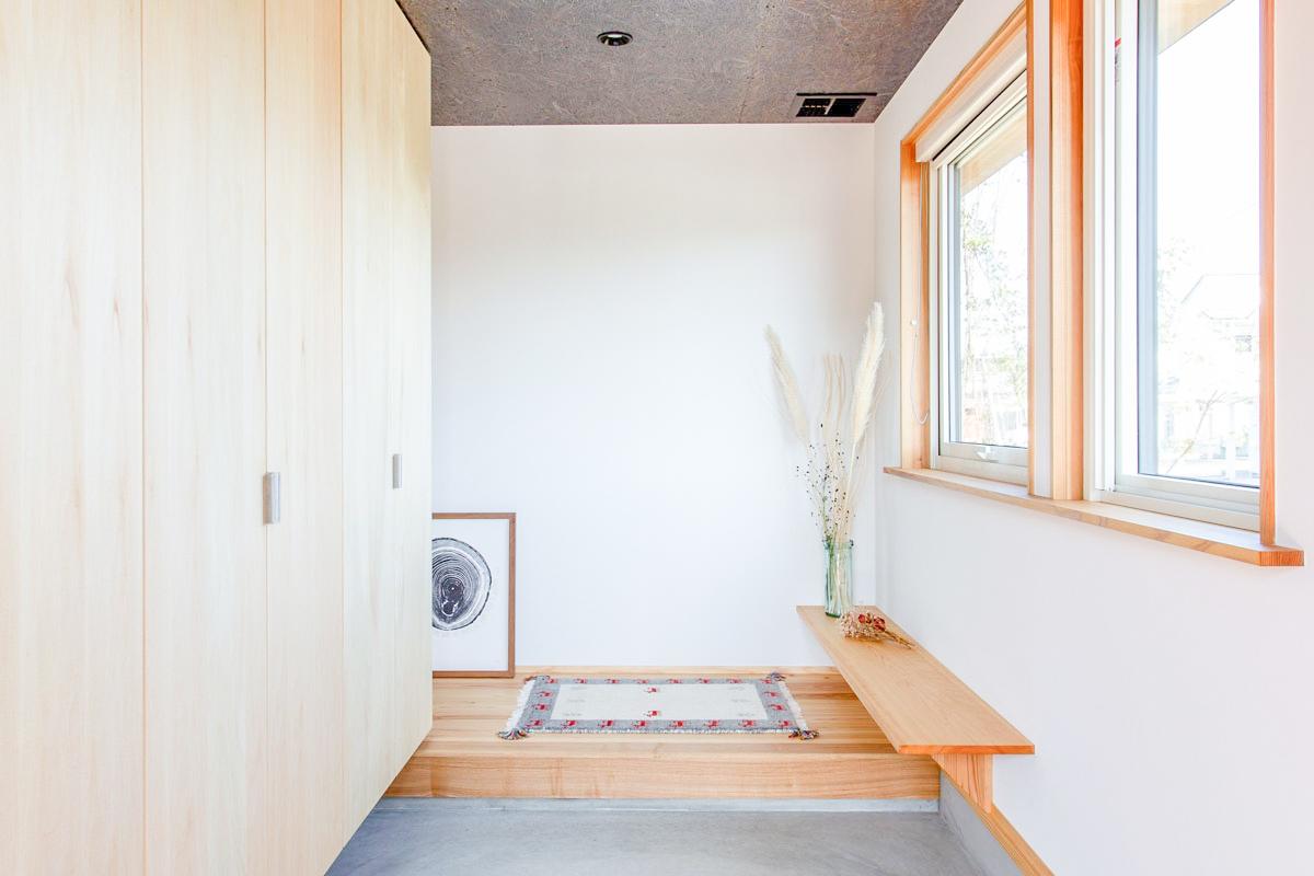 明るい玄関は土間をコンクリートで