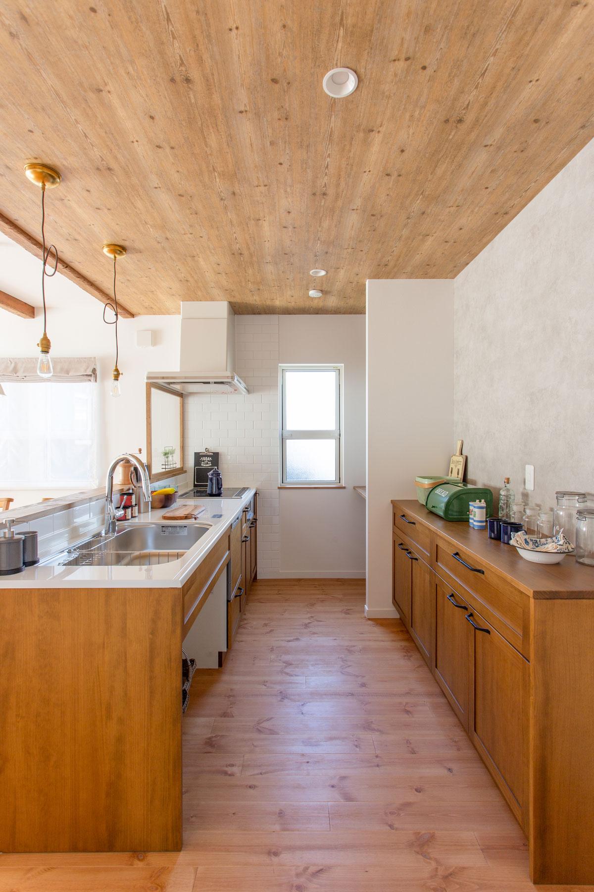木の素材感を生かしたかっこいいキッチンスペース