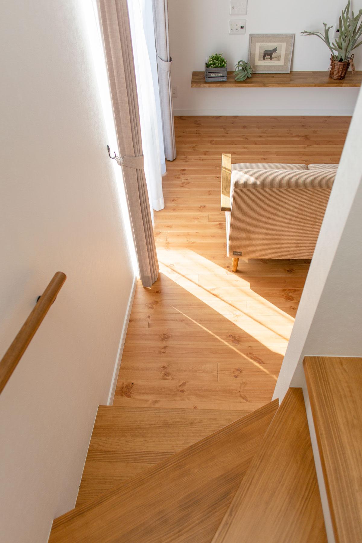 階段と繋がる明るいリビング