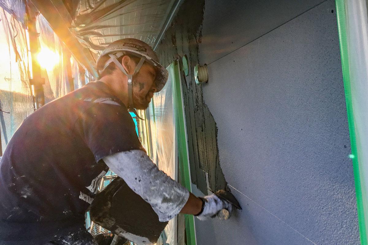 職人さんの手作業により丁寧に工事が進められる外壁