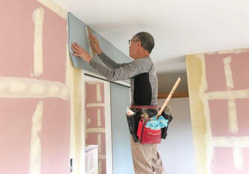 寝室に爽やかなブルグレーの壁紙を貼り付け