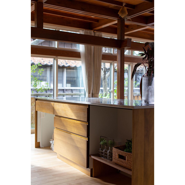 アイランド型のキッチンカウンターをリノベーション