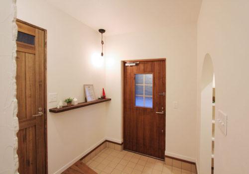 玄関に雑貨を飾れるニッチ棚