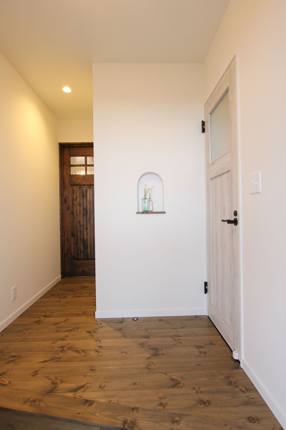 玄関のポイントにニッチ棚