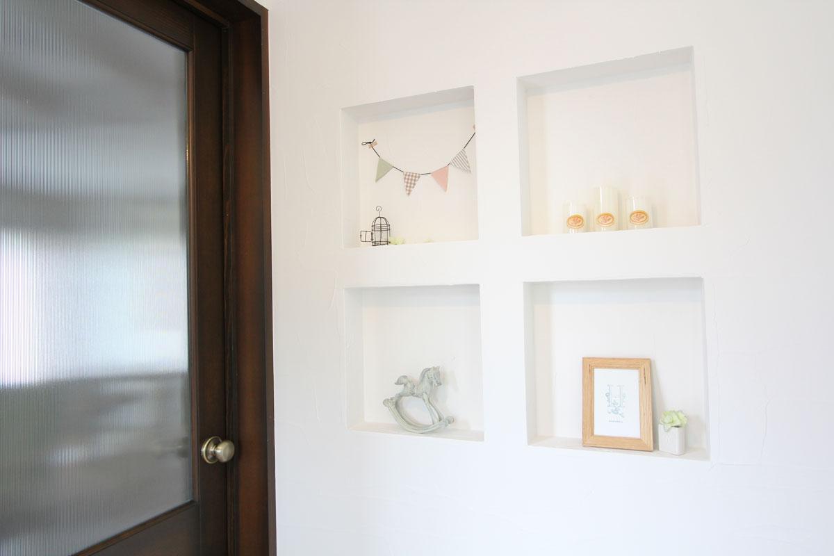 大好きな小物や家族の写真を飾るニッチ棚