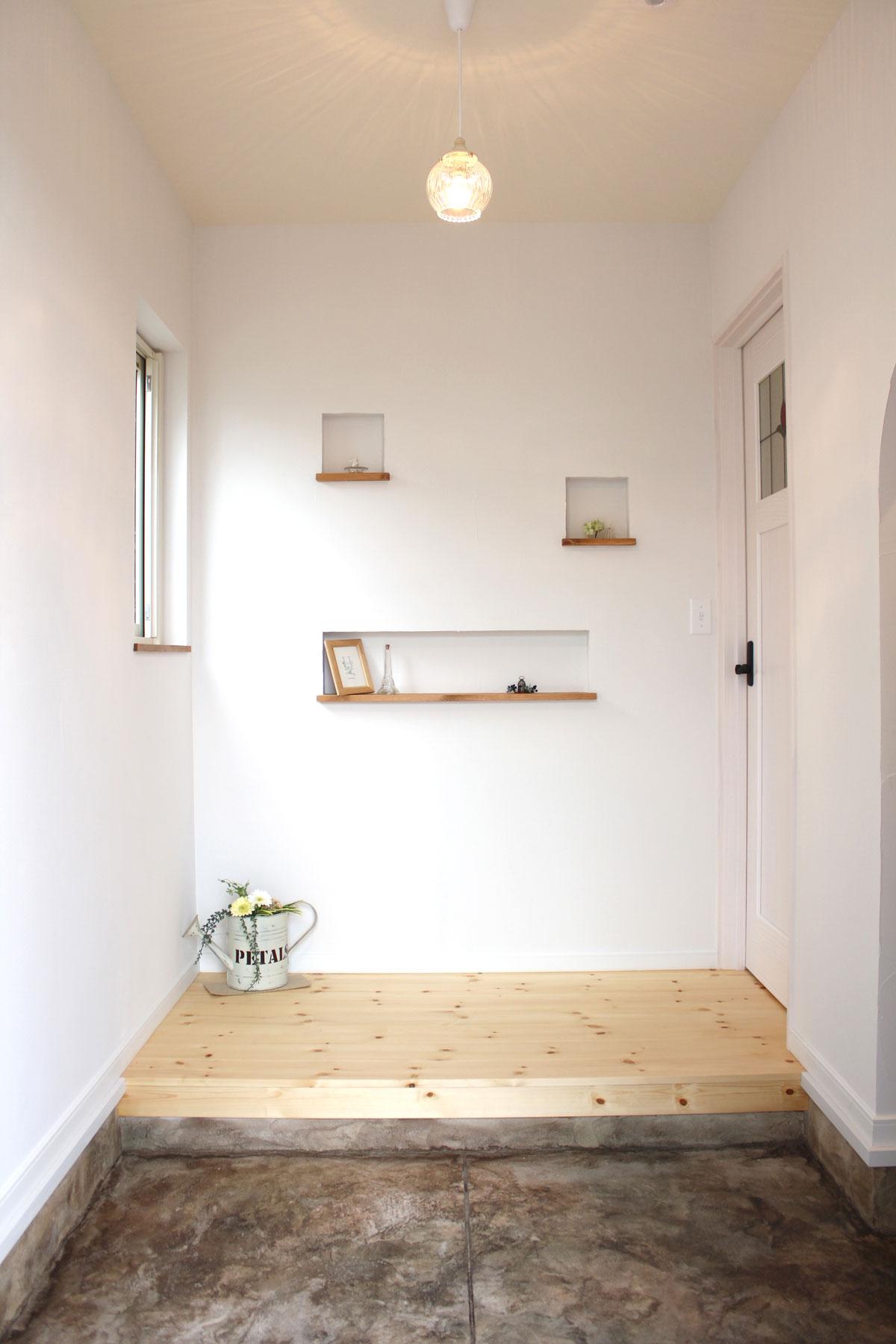 玄関に雑貨を演出できるニッチ棚