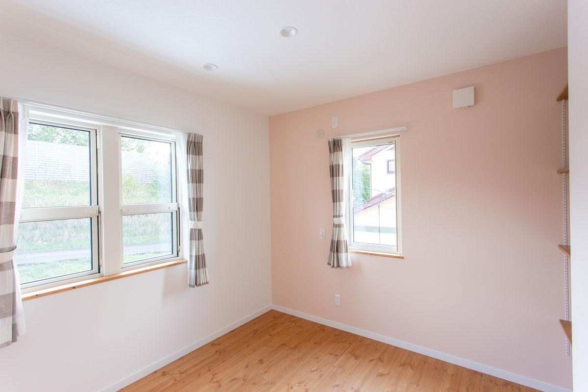 ピンクにペイントしたかわいい子供部屋