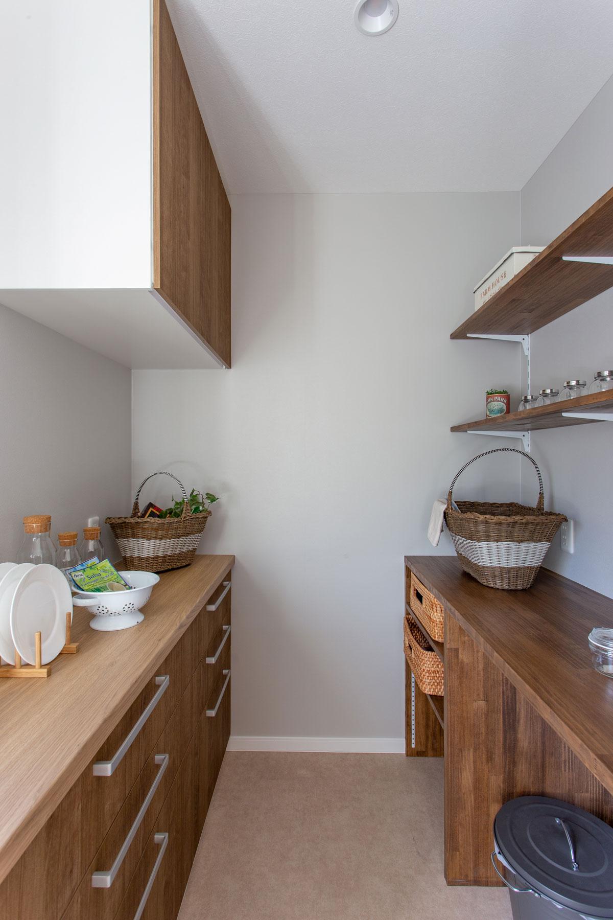 収納力も豊富なキッチンパントリーと作業スペース