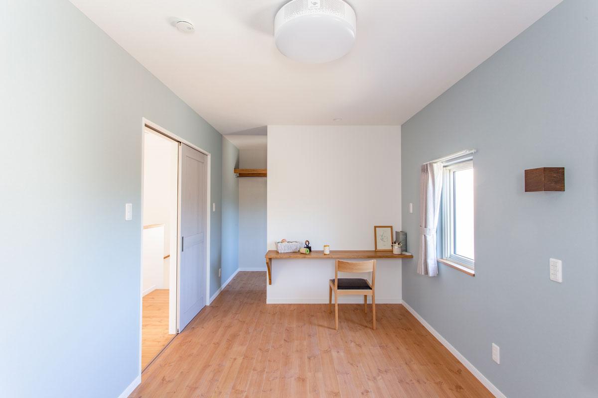 カウンターデスクを設けたブルーの主寝室
