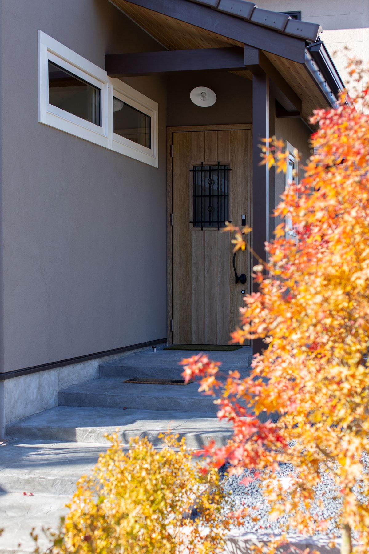 木々の表情を楽しめる玄関アプローチ