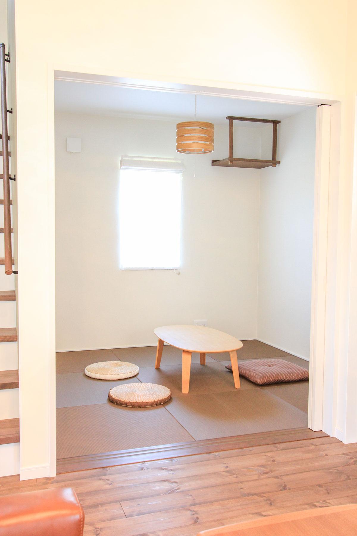 ブラウンの琉球畳がかわいい和室