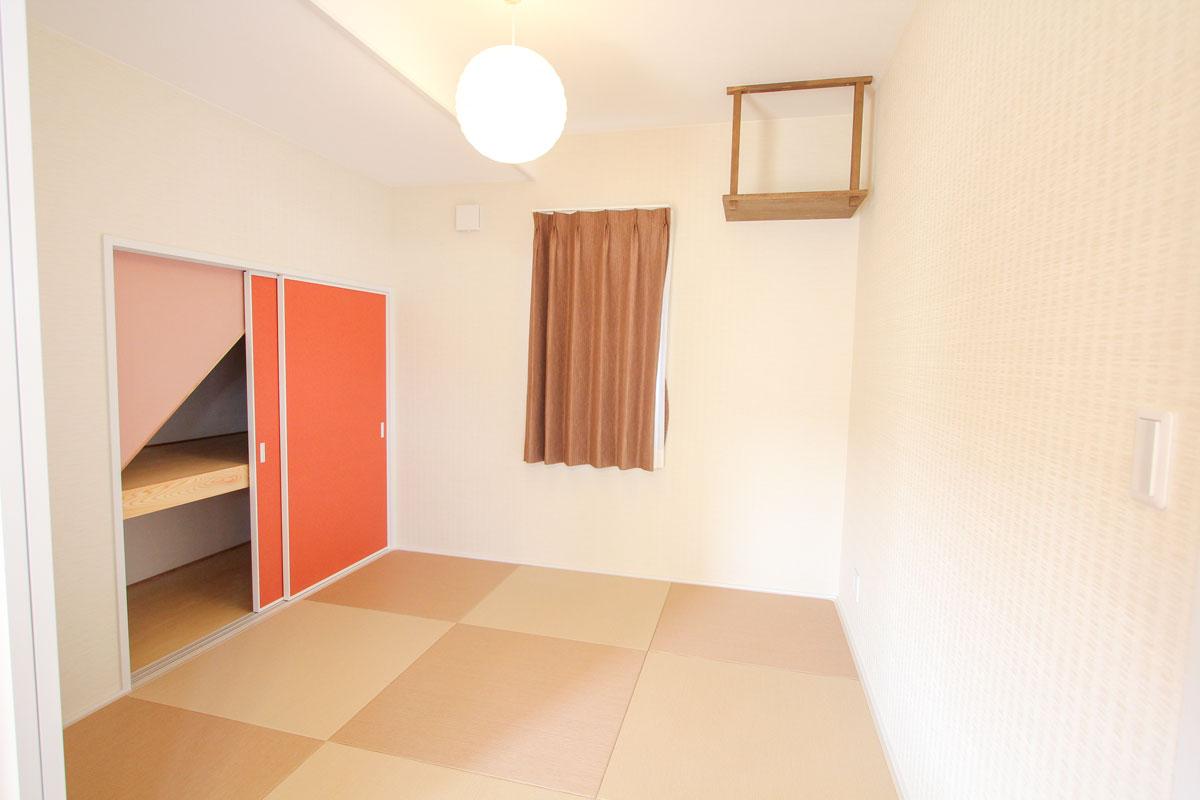 オレンジカラーをアクセントにした和室