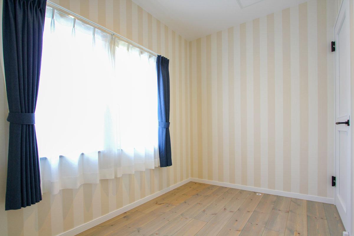 ストライプの壁紙がかわいい寝室