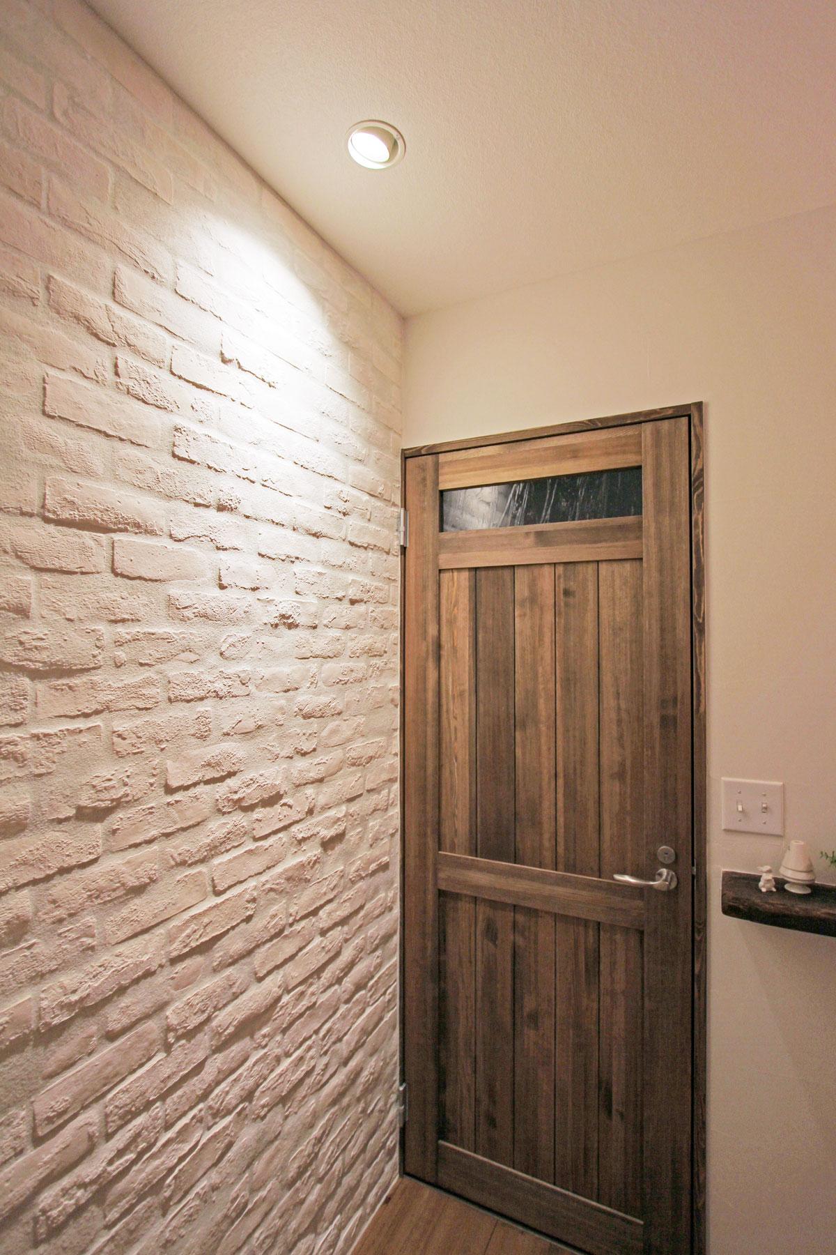 デザインコンクリートでレンガ調のおしゃれな玄関ホール