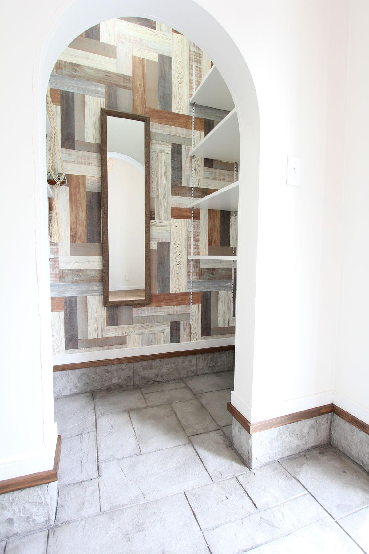 玄関土間収納の壁に木目調のデザイン