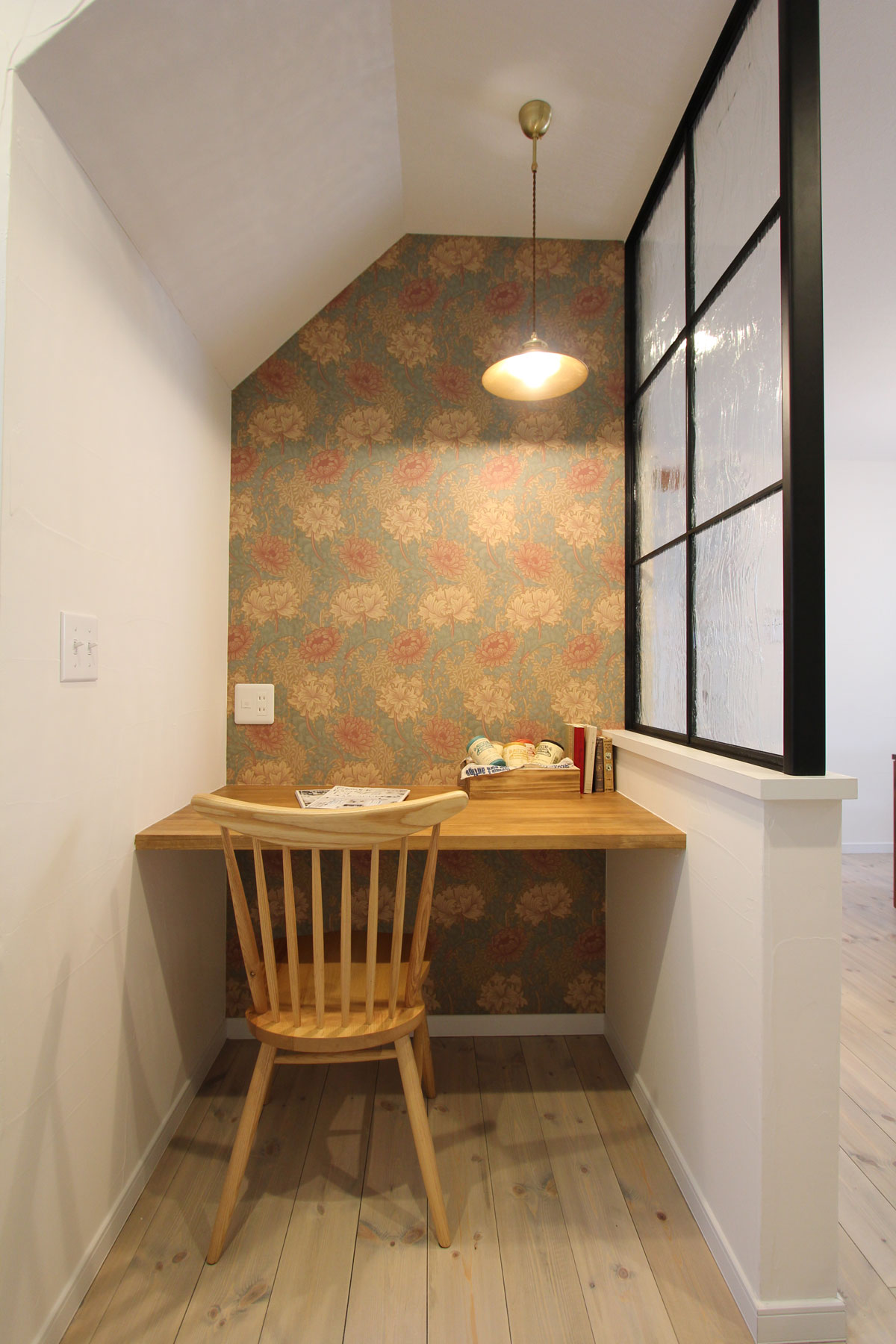 ボタニカルデザイン壁紙がかわいい書斎スペース