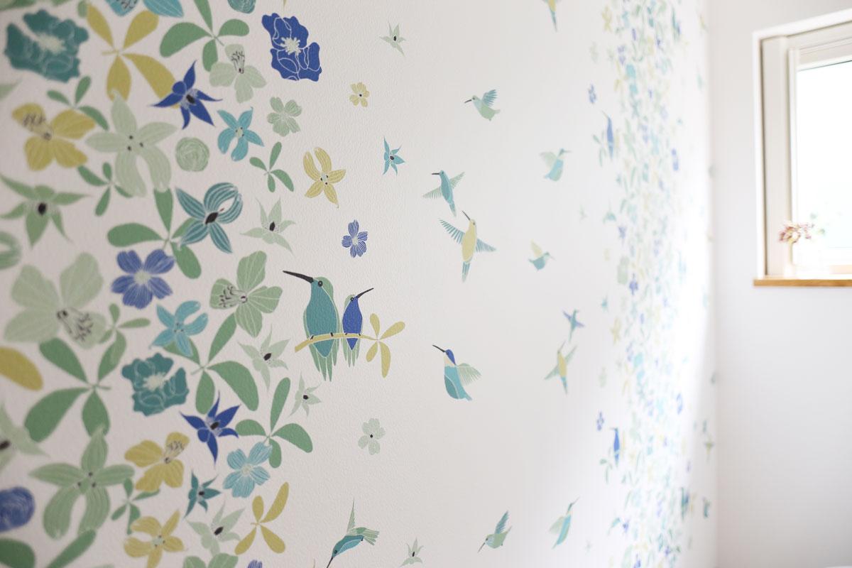 鮮やかなボタニカルデザインの壁紙を取り入れたトイレ