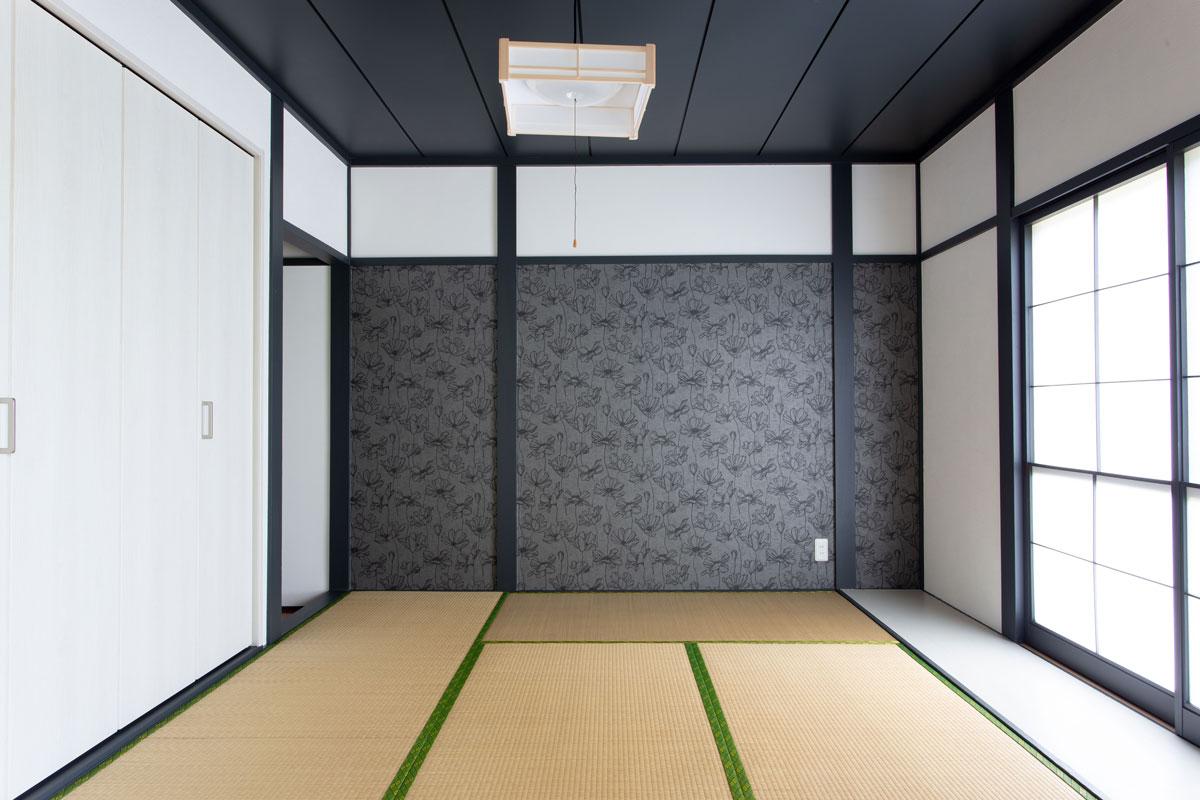 デザイン壁紙をアクセントにした落ち着いた和室