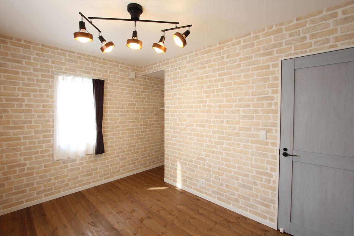 レンガ調の壁紙で個性的な寝室