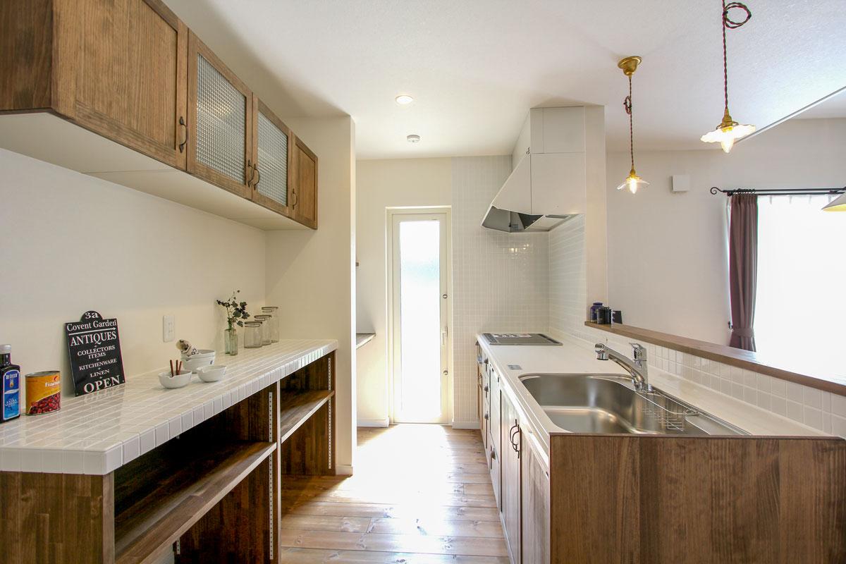 吊り戸棚も無垢材でかわいく仕上げたキッチン背面収納
