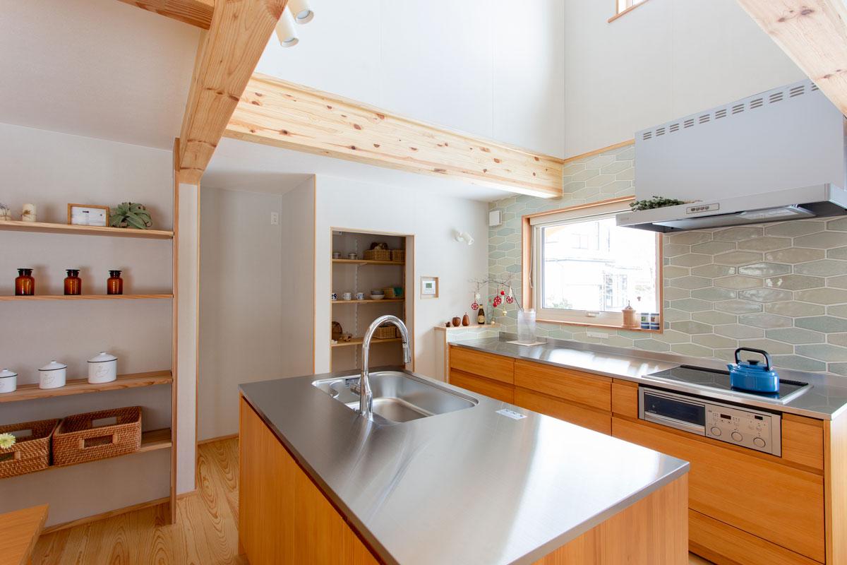 アイランドキッチンを取り入れたナチュラルスタイルのキッチン