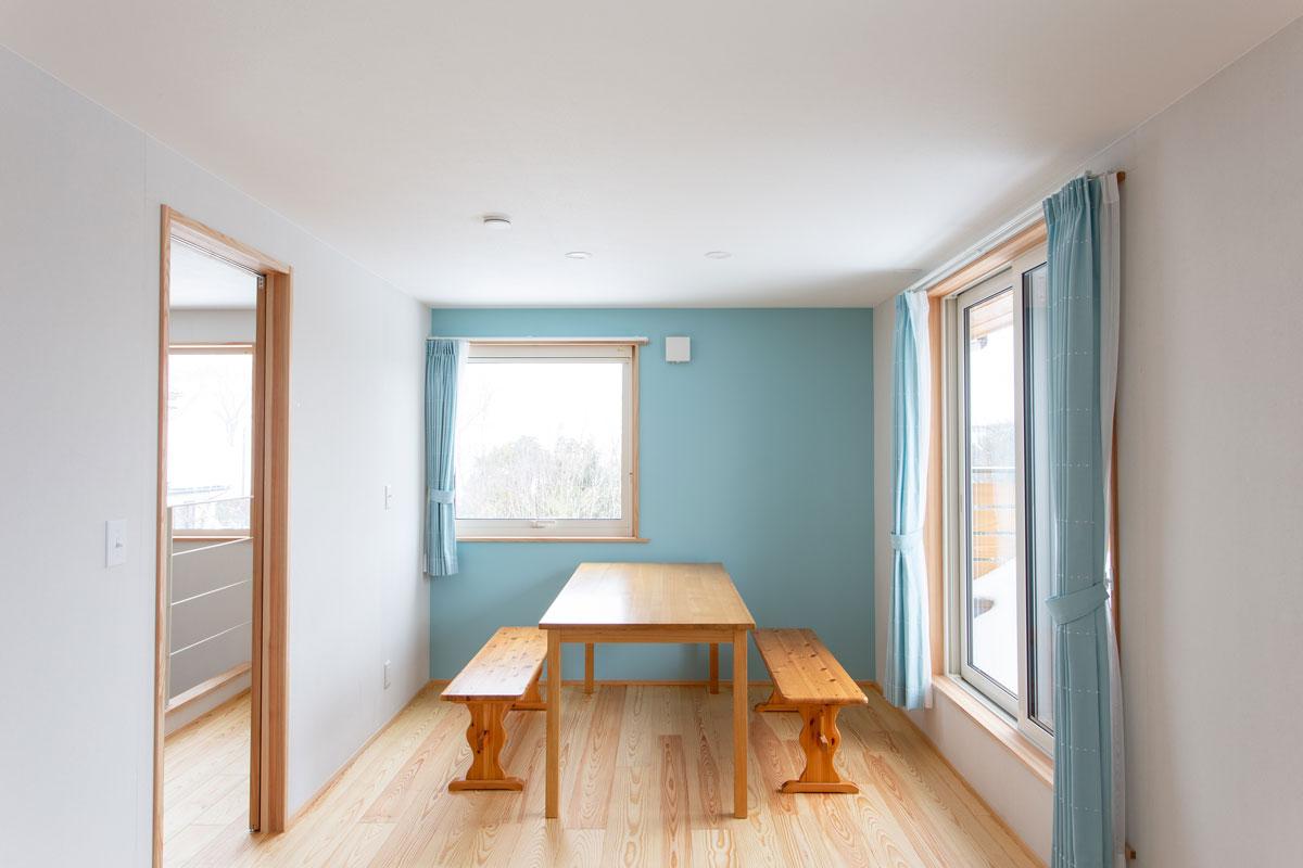 ブルーのペイントがかわいい子供部屋