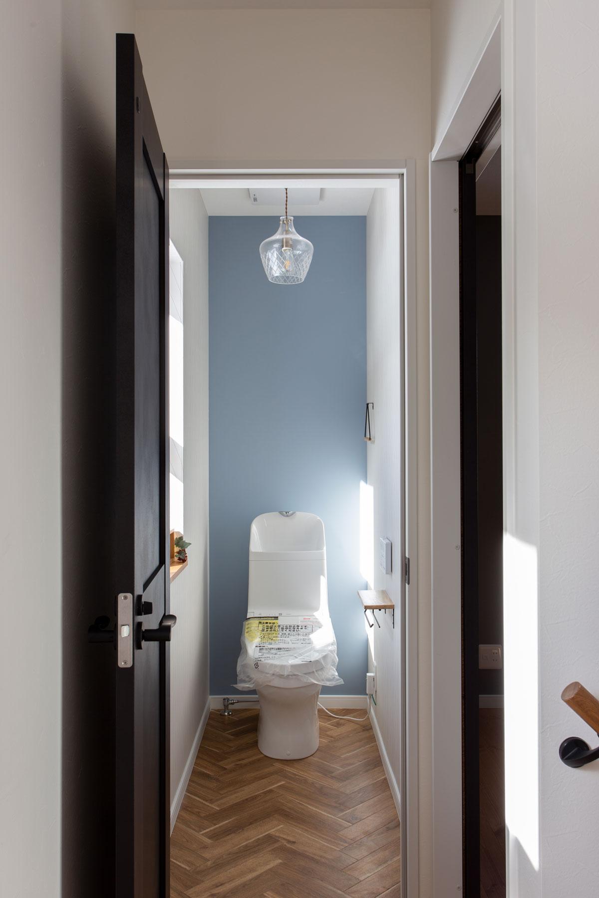 ブルーの壁紙をアクセントにしたかわいいトイレ