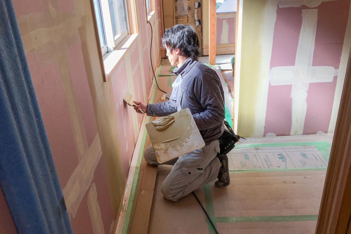 壁紙の仕上げを左右するパテ処理の様子