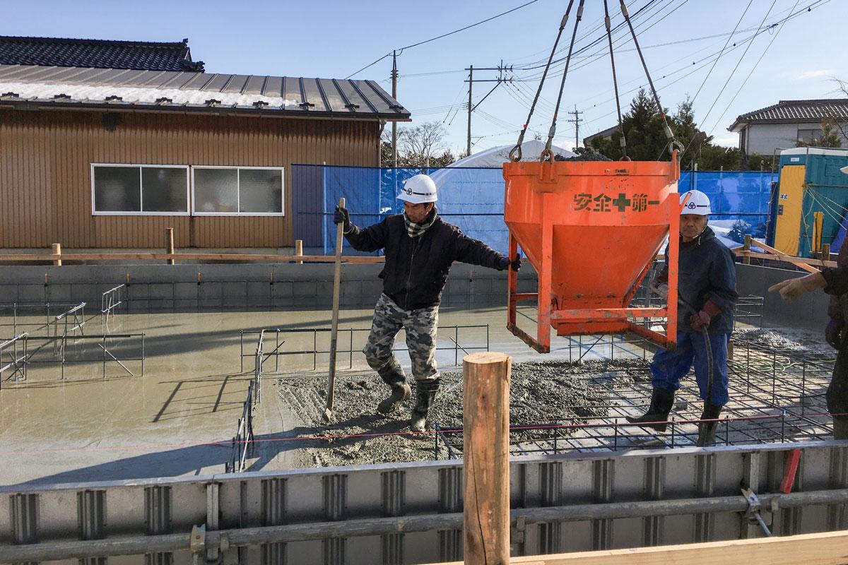 基礎工事のコンクリート流し込み