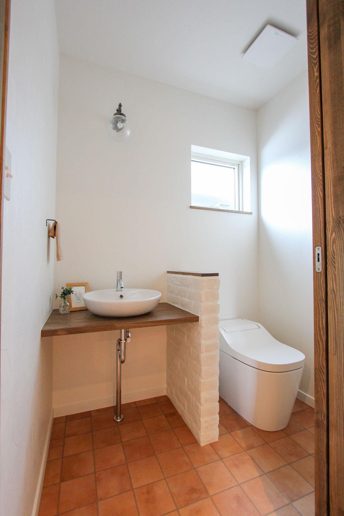 手洗いボウルもかわいい広々としたトイレ