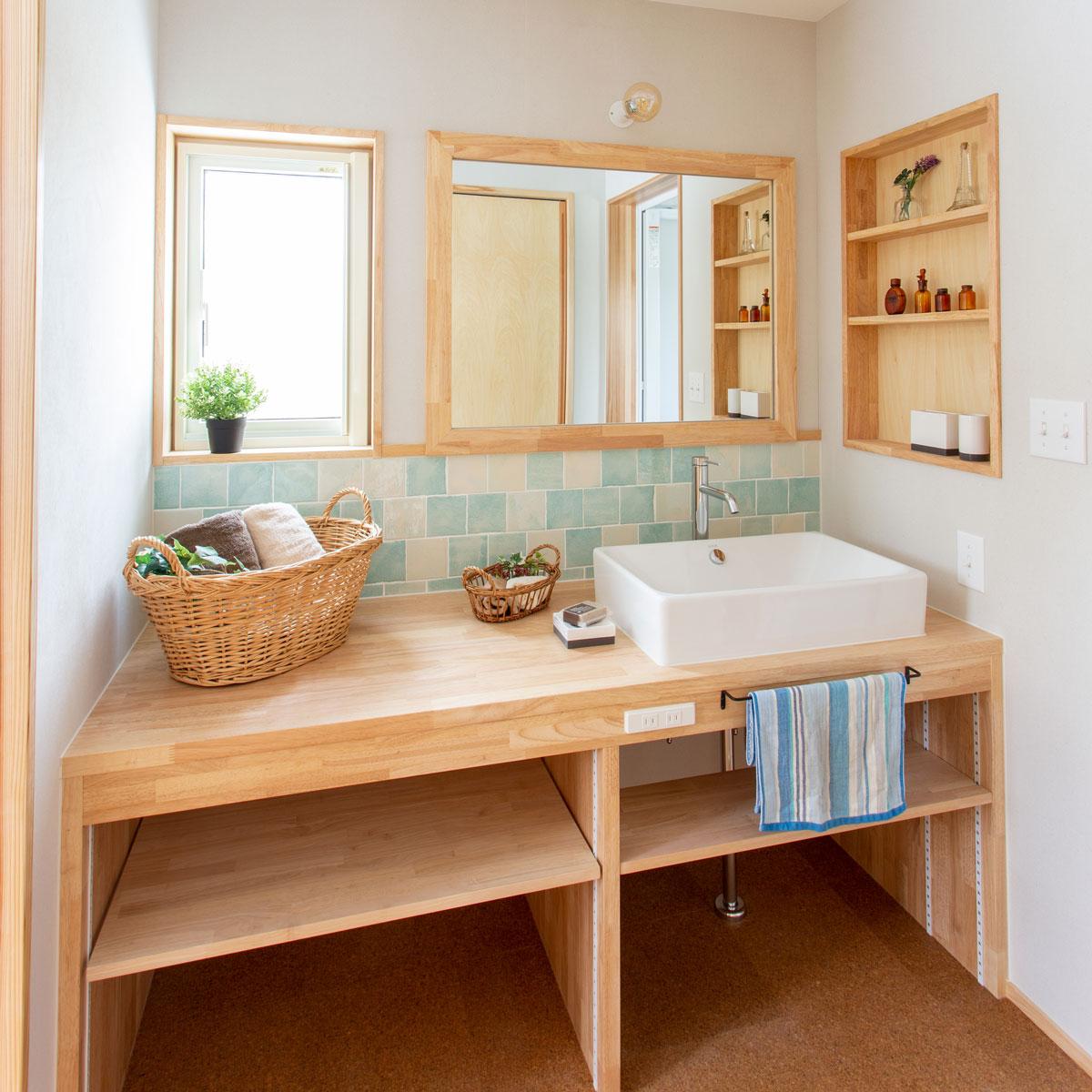 ブルーのモザイクタイルがナチュラルでかわいい洗面台