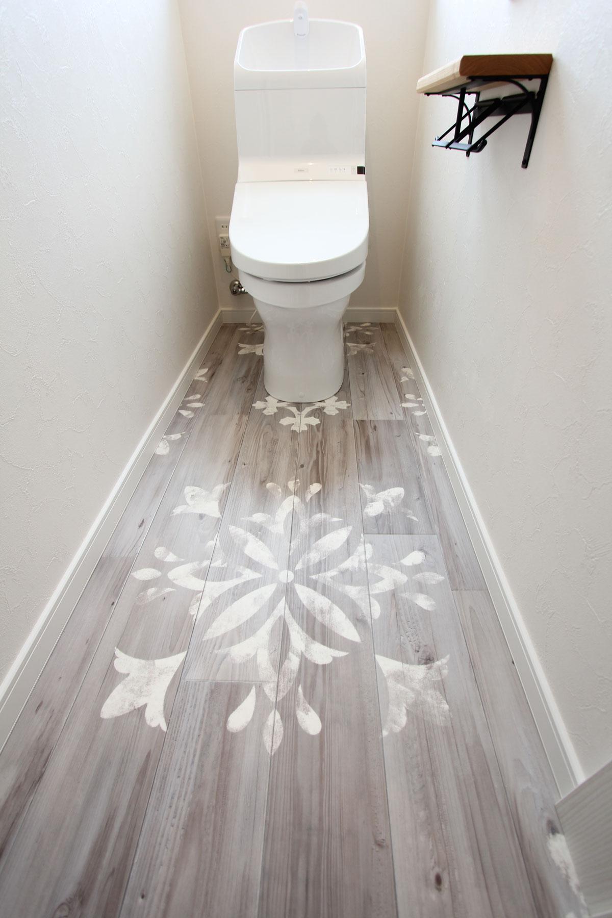 フロアにかわいいデザインを取り入れたトイレ