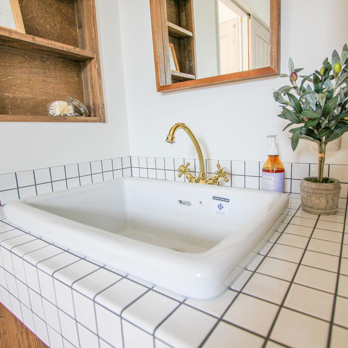 清潔感のあるフレンチスタイルのタイル張り洗面台