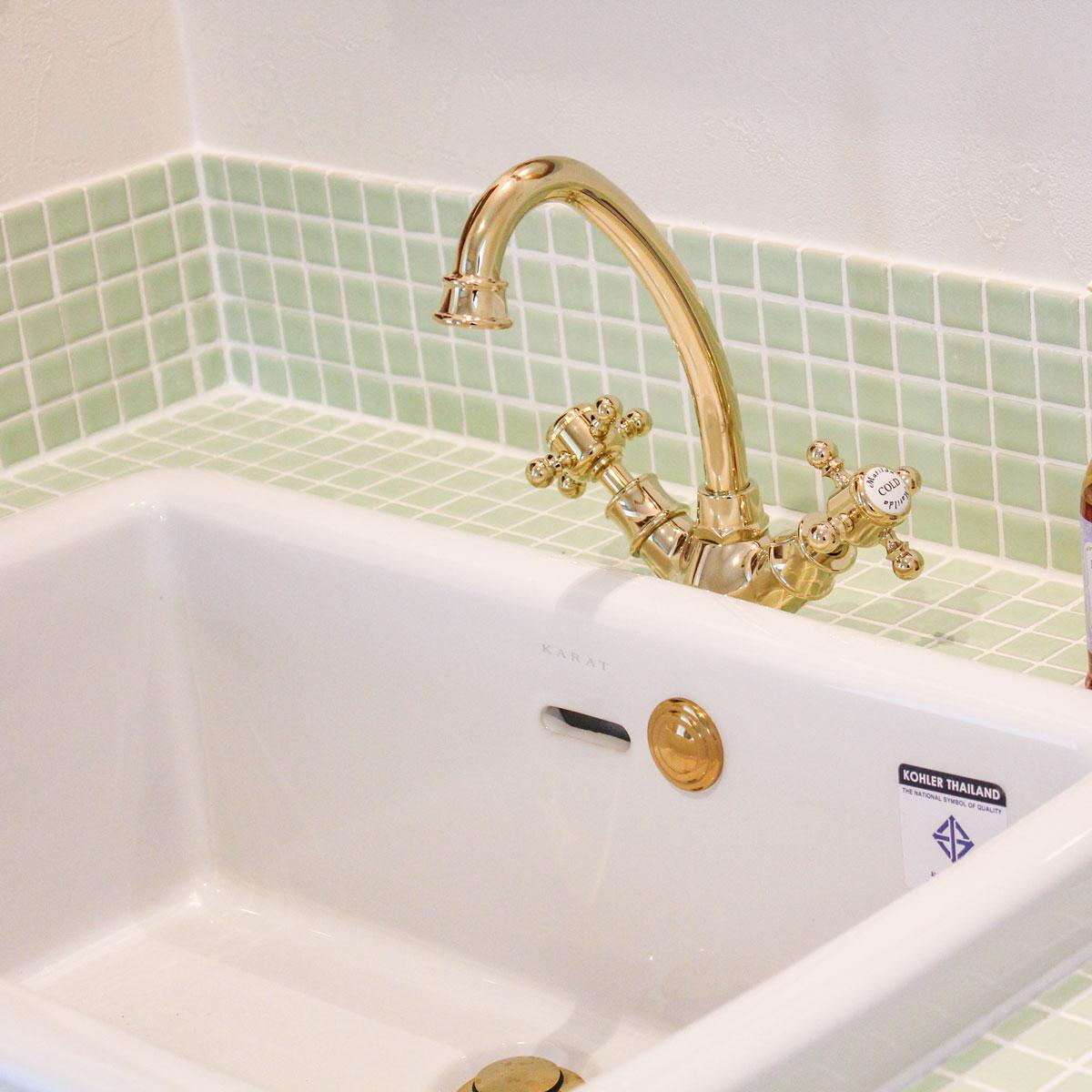 グリーンのモザイクタイルがとってもかわいい洗面台