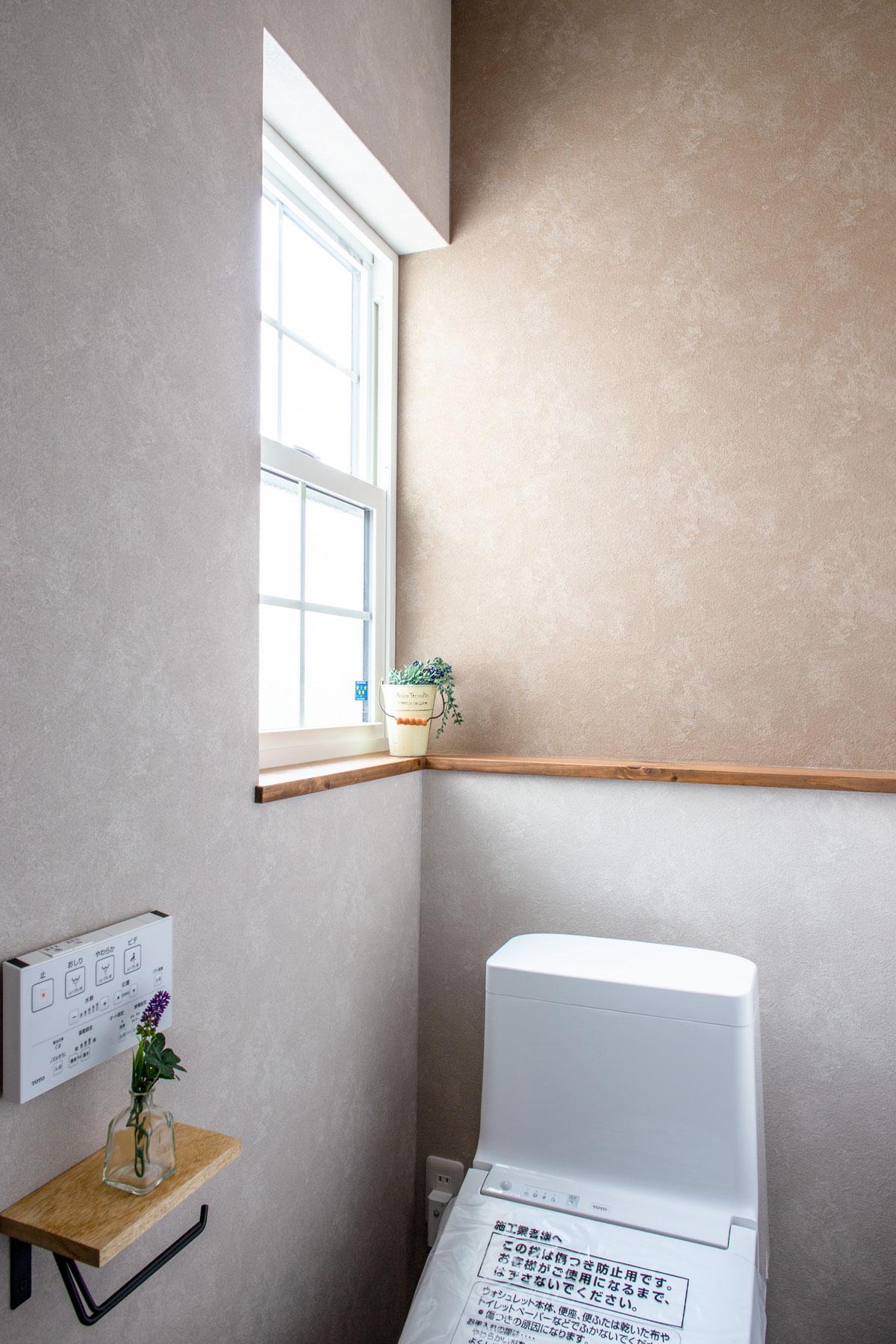 ブラウンのアクセントクロスを使ったトイレ