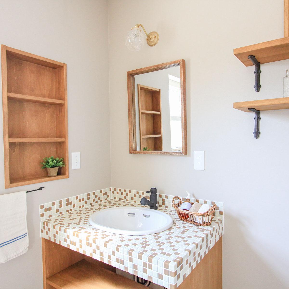 ブラウンのモザイクタイルでカントリーテイストに仕上げた洗面台